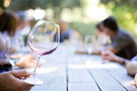 そろそろワイン宅飲みをしたい初心者におすすめのワイングラスとその選び方とは?