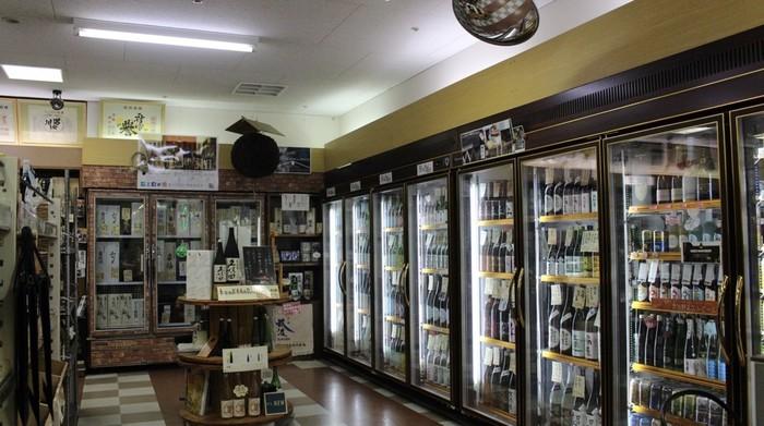 リカーショップサトウの日本酒がたくさん入ってる冷蔵庫