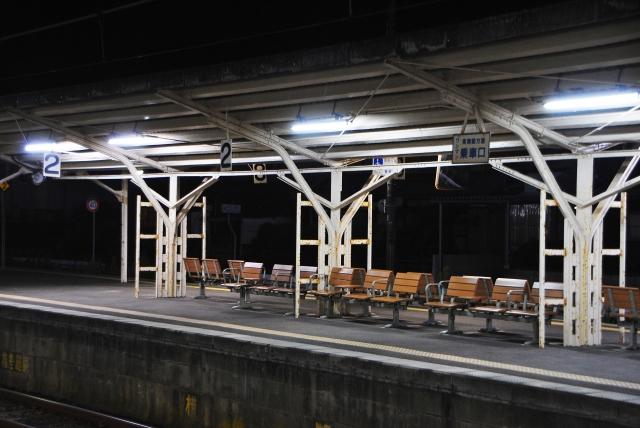 終電後の誰一人としていない駅のホーム