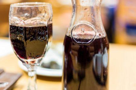 ワインを飲む時、出来るだけ香りが良い状態で飲みたいという人がほとんどだと思います。ワイン通の人であれば、デキャンタや注いで飲んだり、コルクを開けてから少し置いて飲む人も多くいるようです。そこで今回は、ワインの香りを十分に楽しめるワインの飲み方を科学的にご紹介します!また、どんなワインの香りが、リラックス効果があるのかも合わせてご紹介!