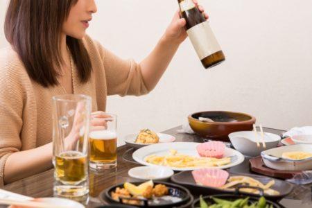 お酒を飲むと「食べたくなっちゃう」の理由とは?
